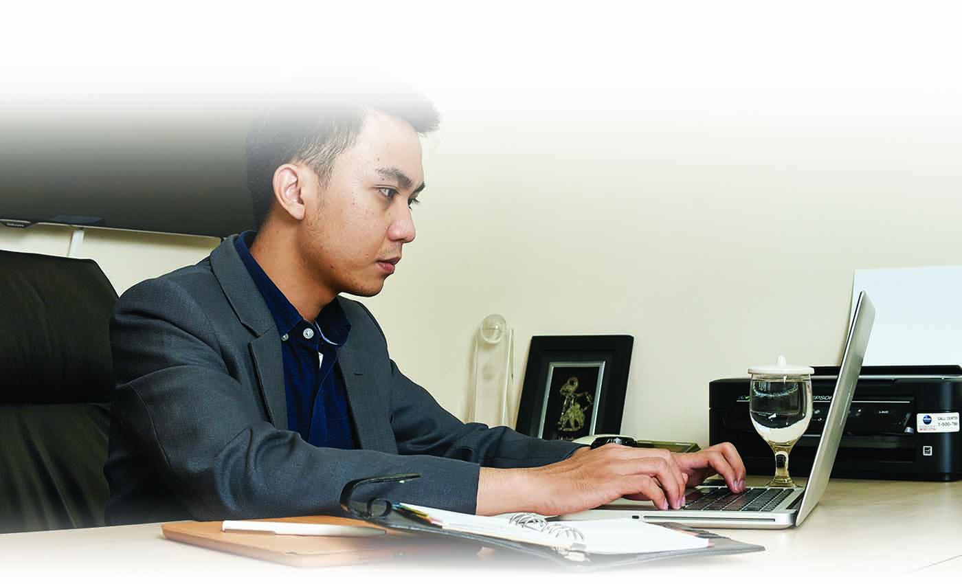 orang bekerja di bagian procurement